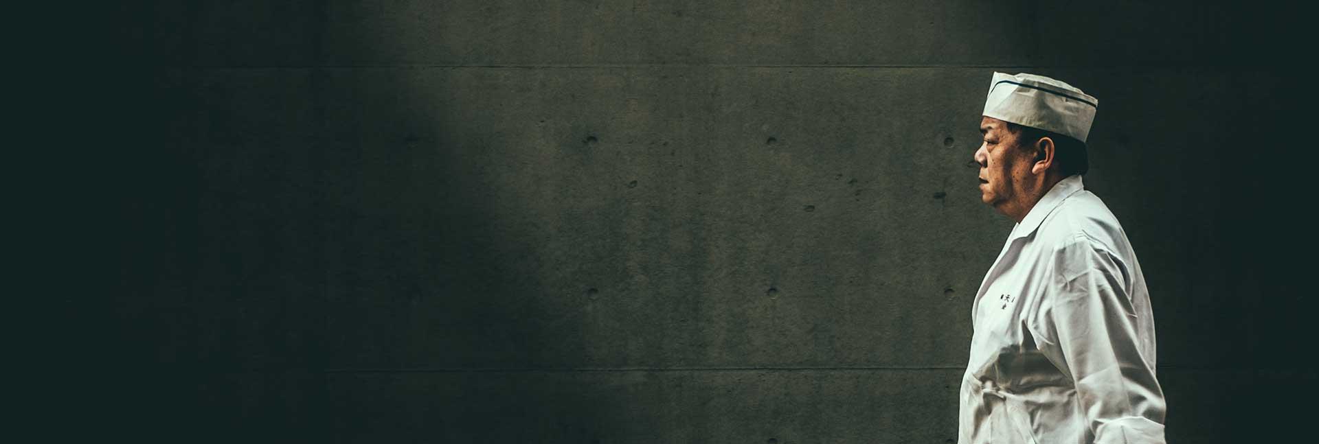 M35 Filmproduktion Hintergrund Leistungen Japanischer Mann vor Betonmauer